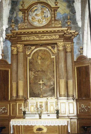 Maître-autel avec tabernacle et retable contenant un tableau représentant Le Christ ressucité, surmonté d'un fronton avec la figure de Dieu le père entourré par des anges, 18e siècle