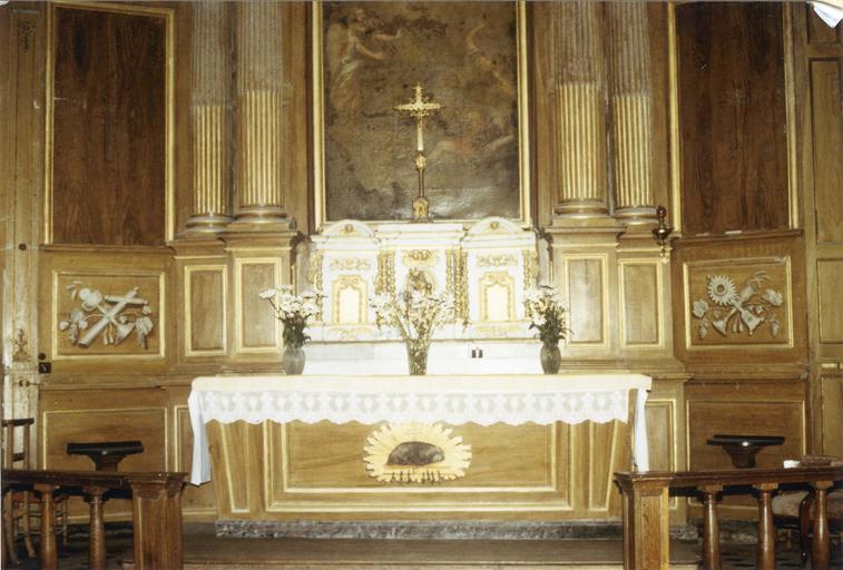 Maître-autel avec tabernacle et retable contenant un tableau représentant Le Christ ressucité, surmonté d'un fronton avec la figure de Dieu le père entourré par des anges, 18e siècle, détail de l'autel et du tabernacle