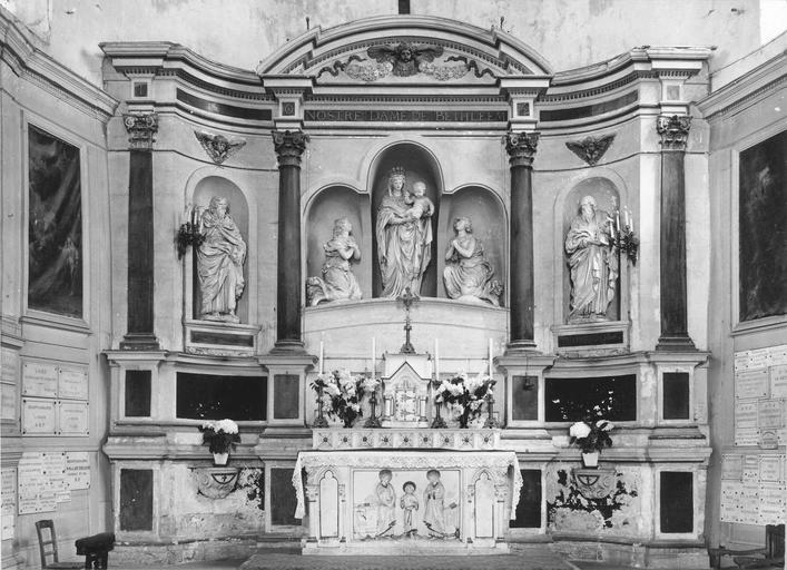 Retable avec la Vierge entourrée pr deux anges, saint Potentien et saint Savinien, pierre, 1650, vue frontale de l'ensemble