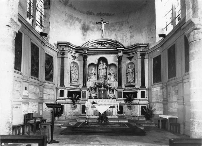 Retable avec la Vierge entourrée pr deux anges, saint Potentien et saint Savinien, pierre, 1650, vue d'ensemble de la nef