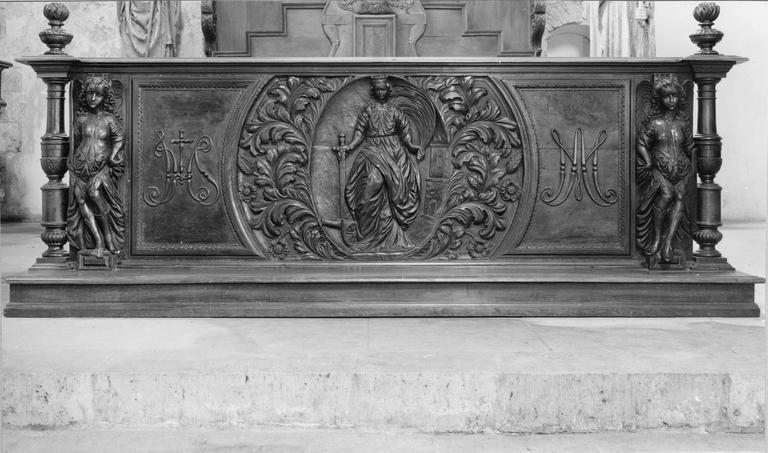 Banc d'oeuvre décoré d'un bas relief en médaillon représentant sainte Barbe, bois sculpté, 18e siècle