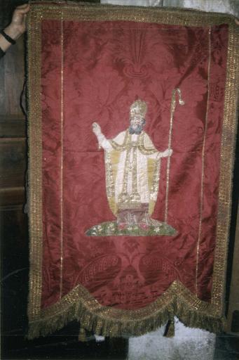 Bannière de procession de saint Hilaire, damas de soie rouge et applications, 18e siècle, vue de la face décorée d'une représentation de saint évêque