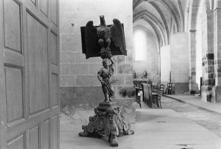 Aigle-lutrin, bois, 17e siècle, pied décoré d'une figure d'enfant portant l'aigle