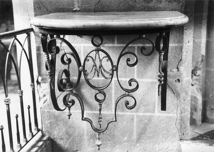 console, marbre et fer forgé, 18e siècle, appartenant à une paire
