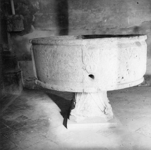 Cuve baptismale, pierre gravée après installation à l'intérieur de l'église