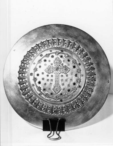 Patène, par Théophile Laurent, maître-orfèvre à Lyon, argent doré et émaux, diamants, rubis et émeraudes incrustés, 1895-1897