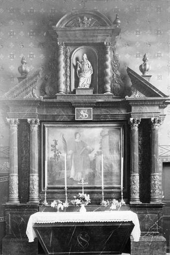 Retable architecturé avec au centre une huile sur toile représentant saint Vincent et au sommet une statue du saint en bois dans sa niche flanquée de colonnes torses, 17e siècle