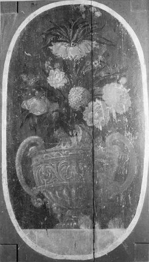 Panneau peint avec un motif de corbeille de fleurs, 17e siècle, élément d'un retable remonté dans le tambour de la porte