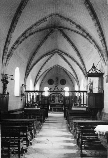 Clôture de choeur et ensemble de bancs assortis, bois, 19e siècle, vus de la nef