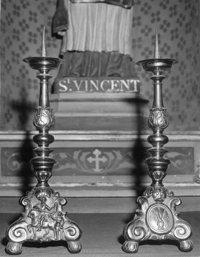 Deux chandeliers avec motif de la charité de saint Martin et des tenailles de Nicodème, cuivre doré, 17e siècle