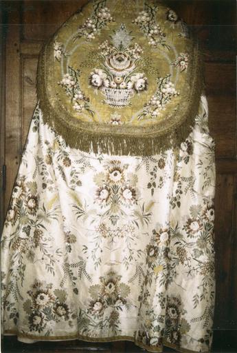 Chape blanche, satin de soie broché avec chaperon en drap d'or, 18e siècle, partie dorsale