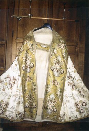 Chape blanche, satin de soie broché avec chaperon en drap d'or, 18e siècle, face avant