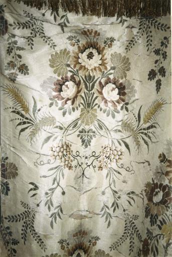 Chape blanche, satin de soie broché avec chaperon en drap d'or, 18e siècle, détail du motif brodé