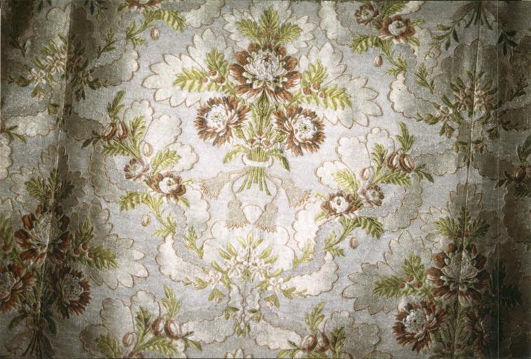 Chape blanche, satin de soie broché, fils d'argent, 18e siècle, partie dorsale