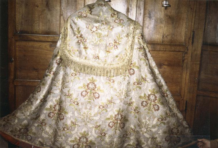 Chape blanche, satin de soie broché, fils d'argent, 18e siècle, détail du motif brodé