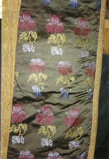 Chasuble appartenant à l'ensemble d'un ornement vert, détail du motif brodé