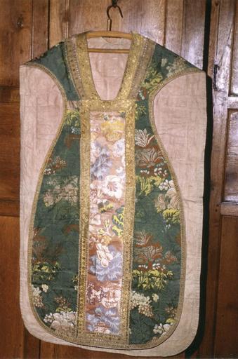 Chasuble appartenat à l'ensemble d''un ornement vert, soie verte rebrodée, 18e siècle, face avant