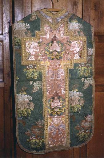 Chasuble appartenat à l'ensemble d''un ornement vert, soie verte rebrodée, 18e siècle, partie dorsale