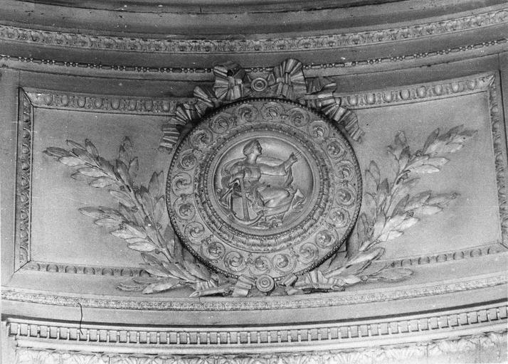 Lambris de revêtement : dessus de porte côté Sud, médaillon avec figure allégorique représentant la Foi, bois, 17e siècle