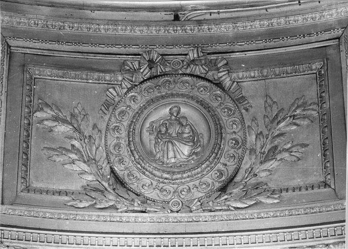 Lambris de revêtement : dessus de porte côté Est, médaillon avec figure allégorique représentant la Charité, bois, 17e siècle