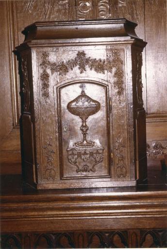 Tabernacle, bois sculpté, première moitié du 18e siècle, orné d'un motif de ciboire
