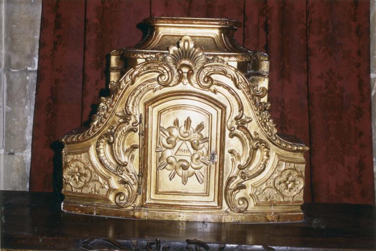 Tabernacle, bois doré, vers 1706, élément subsistant d'un ancien ensemble d'autel, orné d'un motif de gloire