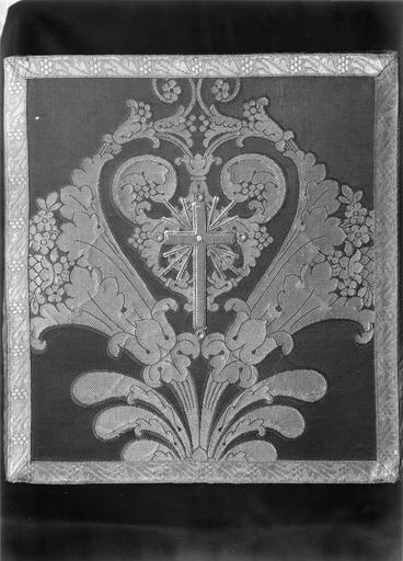 Bourse appartenant à un ensemble d'ornements offerts par Louis Philippe, roi des français, en 1840 à Monseigneur Horlot, évêque d'Orléans, soie cramoisie, brochée de fils d'argent dorés, 19e siècle