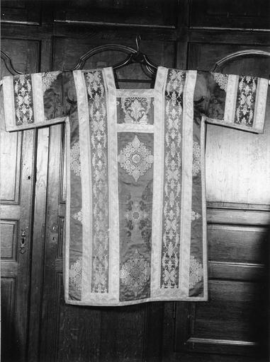Dalmatique appartenant à un ensemble d'ornements offerts par Louis Philippe, roi des français, en 1840 à Monseigneur Horlot, évêque d'Orléans, soie cramoisie, brochée de fils d'argent dorés, 19e siècle