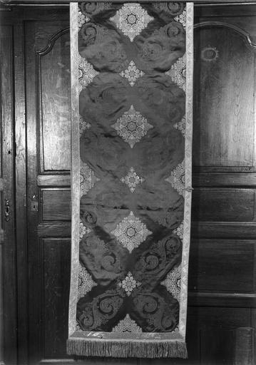 voile huméral appartenant à un ensemble d'ornements offerts par Louis Philippe, roi des français, en 1840 à Monseigneur Horlot, évêque d'Orléans, soie cramoisie, brochée de fils d'argent dorés, 19e siècle