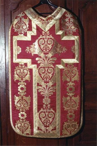 Chasuble appartenant à un ensemble d'ornements offerts par Louis Philippe, roi des français, en 1840 à Monseigneur Horlot, évêque d'Orléans, soie cramoisie, brochée de fils d'argent dorés, 19e siècle