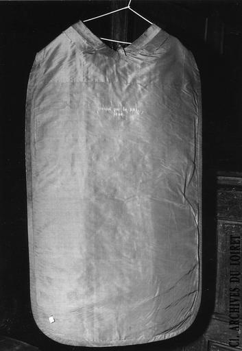 Envers de chasuble portant l'inscription 'donné par le Roi. 1840.', appartenant à un ensemble d'ornements offerts par Louis Philippe, roi des français, en 1840 à Monseigneur Horlot, évêque d'Orléans, soie cramoisie, brochée de fils d'argent dorés, 19e siècle