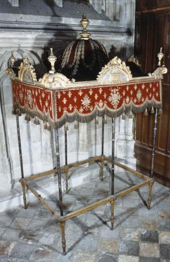 Dais de procession, velour de soie cramoisi brodé d'or et d'argent, cadre, pieds et amortissement en bois doré, 17e - 18e siècle,