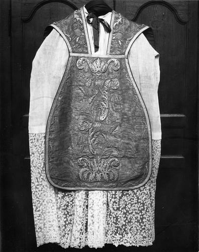 Chasuble ayant appartenu à Monseigneur Vasicourt, argent sur drap d'or moiré, vue de la partie avant, après restauration