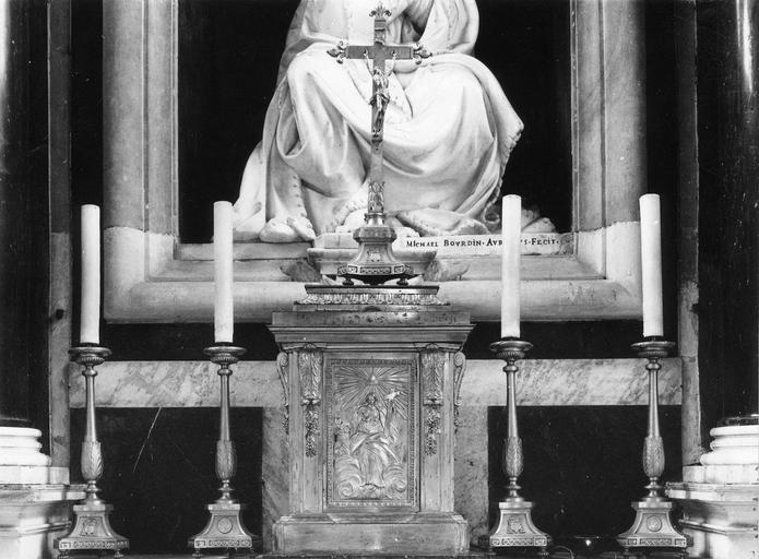 Croix d'autel, 4 chandeliers (garniture d'autel, flambeau)