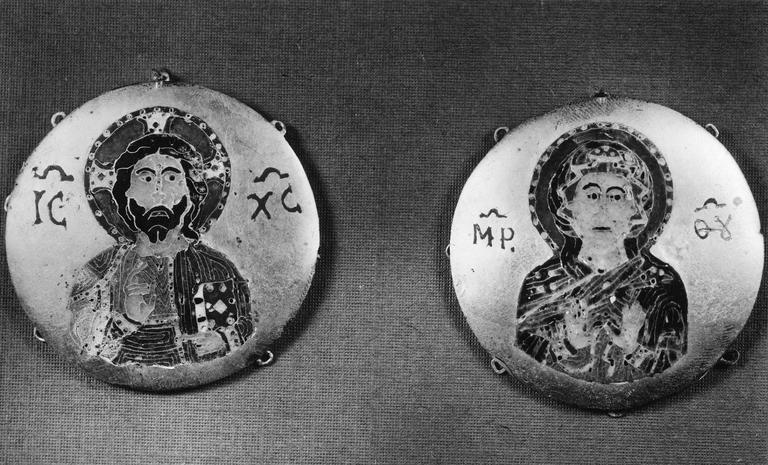 Plaques de gants épiscopaux, appartenat au trésor de la cathédrale, or et émail, 11e siècle (?), représentation du Christ et de la Vierge