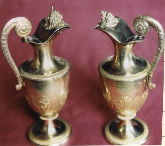 Deux burettes avec décor de grappes de raisin et de roseaux par Marguerite Hoguet et Bertrand, argent doré, 1809-1819