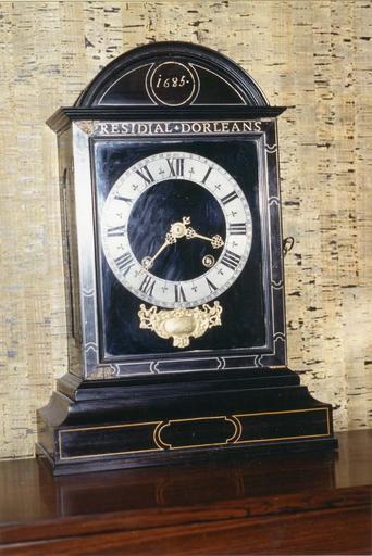Pendule dite religieuse, plaquage en ébène, mouvement de Marguerite, horloger à Paris, portant l'inscription : 1685, 'Présidial d'Orléans'
