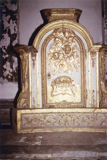 Tabernacle du maître-autel, bois doré et peint, 18e siècle, orné d'une scène représentant l'agneau du sacrifice sur un autel