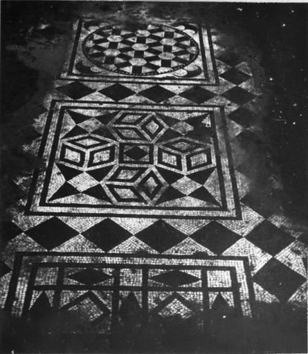 Pavement de moaïque, gallo-romaine, tessalatum à décor géométrique noir sur fond blanc, vue partielle