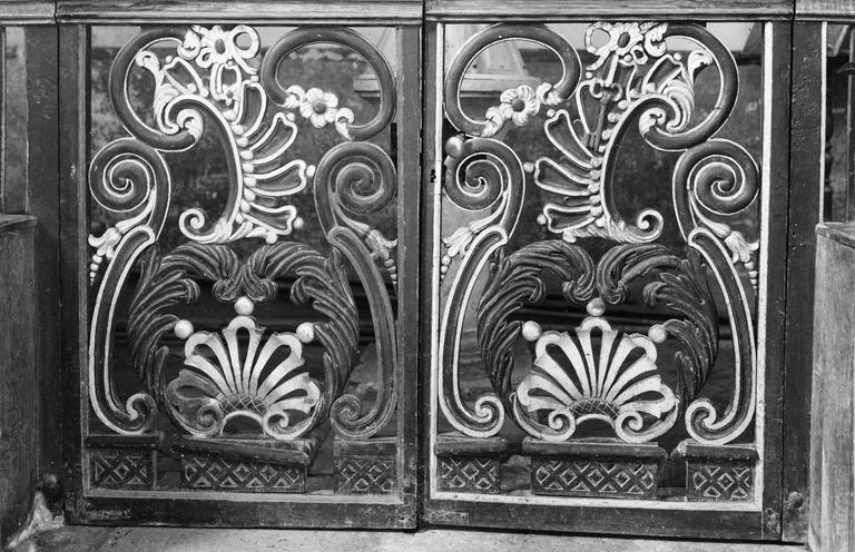 Clôture des fonts baptismaux, bois sculpté et peint, 18e siècle, décor de rinceaux et de fleurs