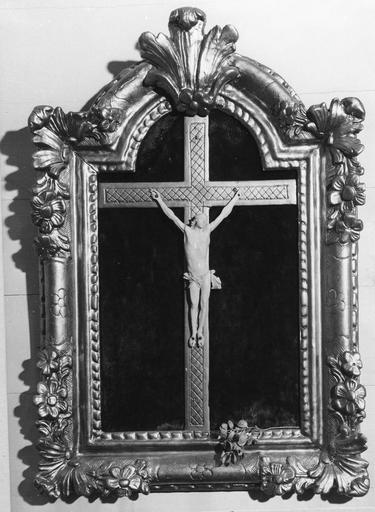 Crucifix en ivoire et cadre en bois sculpté et doré au décor floral, 17e siècle
