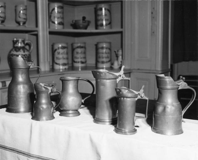 Six pots en étain