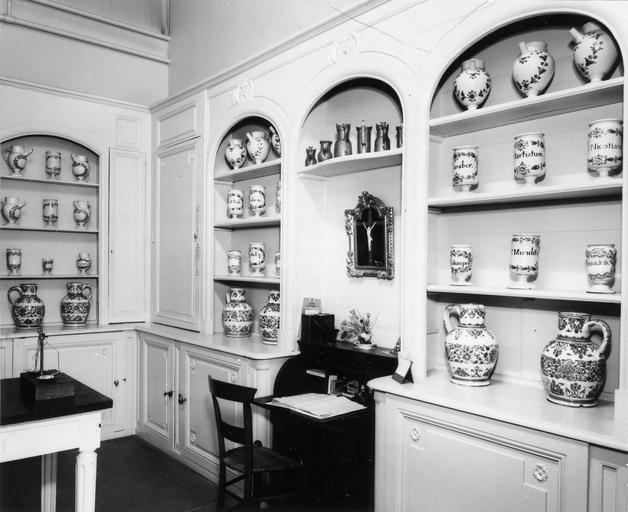 Lambris de revêtement aménagés pour le rangement de pots à pharmacie en faïence de Nevers, 18e siècle