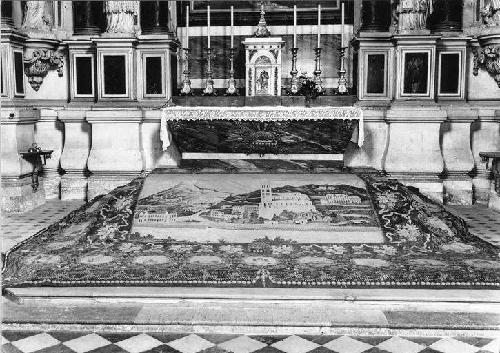 Tapis de sol du choeur, tapisserie au point, 1888, au centre représentation d'une ville