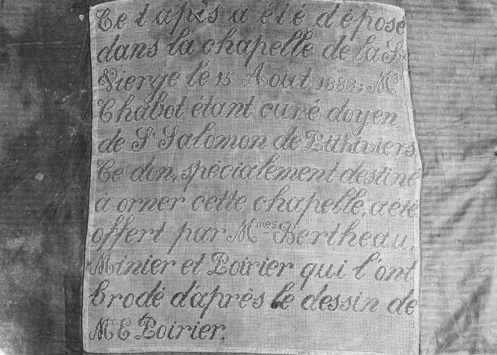 Tapis de sol du choeur, tapisserie au point, 1888, détail de l'inscription tissée sur le tapis