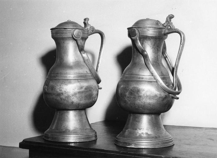 deux vases décoratifs en étain, 17e siècle