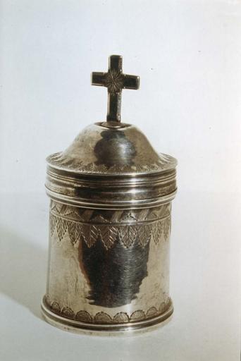 Boîte aux saintes huiles, argent, poinçon I.P., fin 18e siècle, surmontée d'une croix et décorée de feuilles ciselées