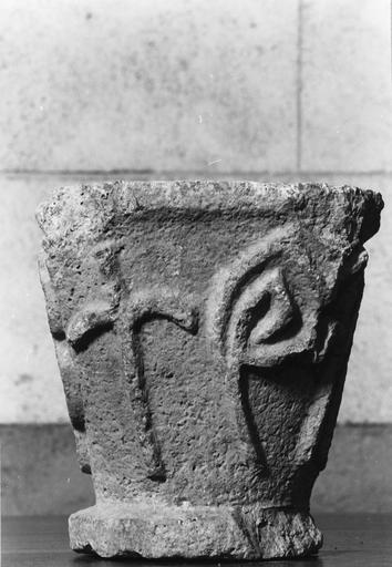 Chapiteau, pierre, orné de motifs stylisés