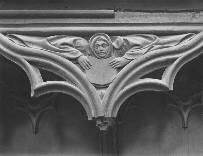 Stalles du choeur en bois sculpté, 15e siècle, détail du décor représentant un personnage tenant un livre