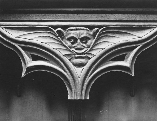 Stalles du choeur en bois sculpté, 15e siècle, détail du décor représentant un masque grimaçant avec des ailes de chauve-souris